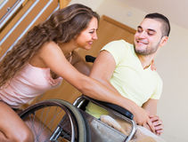 Fille affectueuse avec son ami dans le fauteuil roulant photographie stock libre de droits