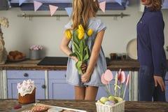 Fille affectueuse donnant le présent gentil sur Pâques Image libre de droits