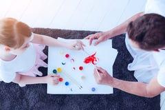 Fille affectueuse et père peignant ensemble à la maison Photos stock