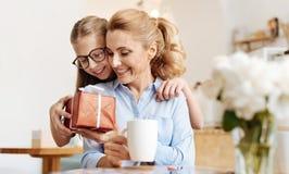Fille affectueuse félicitant sa mère le jour de mères Photos stock