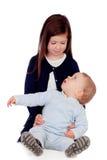 Fille affectueuse prenant soin de son petit frère Photo libre de droits