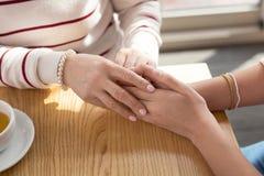 Fille affectueuse tenant des mains avec sa mamie Image libre de droits