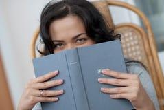 Fille affichant le livre Photo stock