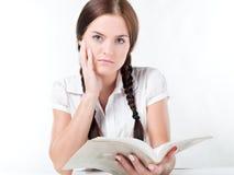 Fille affichant un livre Image libre de droits
