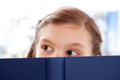 Fille affichant un livre Photographie stock