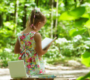 Fille affichant un livre Images libres de droits
