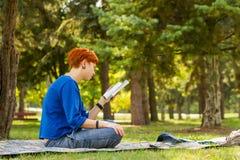 Fille affichant un livre Photographie stock libre de droits