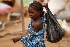 Fille africaine avec le sachet en plastique Photos libres de droits
