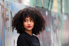 Fille africaine avec les cheveux bouclés images libres de droits
