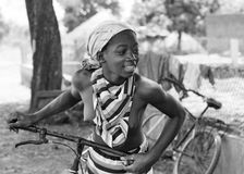 Fille africaine avec une bicyclette Photographie stock