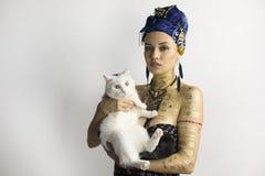Fille africaine de style avec un chat sur vos mains Photographie stock