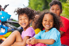 Fille africaine heureuse ayant l'amusement avec ses amis Images stock