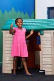 Fille africaine tenant des pouces  photos libres de droits