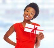 Fille afro-américaine avec l'enveloppe images stock