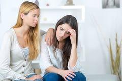 Fille aidant la soeur triste avec des problèmes Photo stock