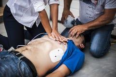 Fille aidant un homme inconscient images stock