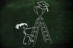 Fille allant une échelle pour attraper un trophée avec le chapeau d'obtention du diplôme Photographie stock