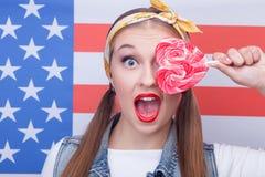 Fille américaine attirante avec la sucrerie colorée par bonbon Photographie stock libre de droits