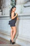 Fille américaine vous manquant avec la rose de blanc se tenant sur le St de vintage Photographie stock