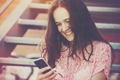 Fille appelle rire de téléphone Images libres de droits