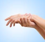 Fille appliquant de la lotion blanche sur sa main Photographie stock libre de droits