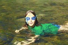 Fille appréciant l'eau de rivière Photos libres de droits
