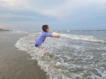 Fille appréciant l'océan Photographie stock