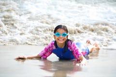 fille appréciant la plage sablonneuse Photographie stock