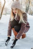 Fille appréciant la première neige image libre de droits