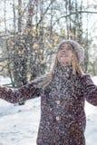 Fille appréciant la première neige photographie stock libre de droits