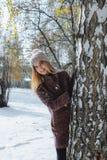 Fille appréciant la première neige image stock