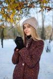 Fille appréciant la première neige photo libre de droits