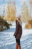 Fille appréciant la première neige photos libres de droits