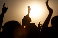 Fille appréciant le concert, ayant l'amusement sur les épaules d'un ami images libres de droits