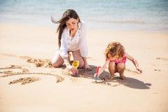 Fille appréciant un jour à la plage Photo libre de droits