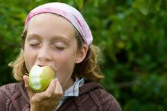 Fille appréciant une pomme Images stock