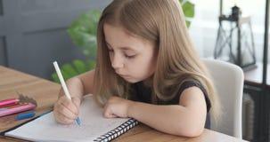 Fille apprenant à écrire dans le livre clips vidéos