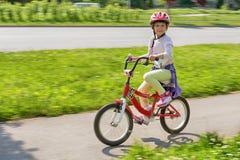 Fille apprenant à monter son vélo photo libre de droits
