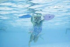 Fille apprenant à nager Images libres de droits