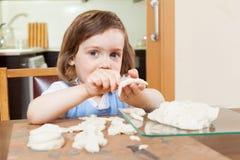 Fille apprenant à sculpter des figurines de la pâte photos stock