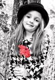 Fille, arbre et fleur rouge photo stock
