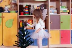 fille Arbre an jouant et apprenant dans l'école maternelle Images stock