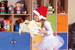 fille Arbre an jouant et apprenant dans l'école maternelle Photographie stock libre de droits