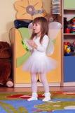 fille Arbre an jouant et apprenant dans l'école maternelle Images libres de droits