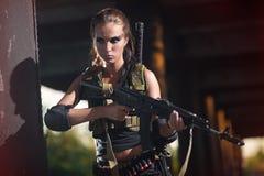 Fille armée militaire sexy avec l'arme, tireur isolé photographie stock