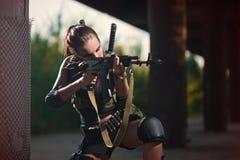 Fille armée militaire sexy avec l'arme, tireur isolé Images stock