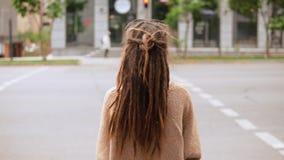 Fille arrière de vue avec des dreadlocks se tenant sur la rue clips vidéos