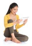 Fille asiatique à l'aide de la tablette photo libre de droits