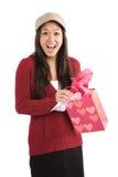 Fille asiatique étonnée recevant le cadeau de valentine Photo libre de droits