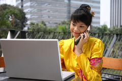 Fille asiatique attirante au téléphone Photos libres de droits
